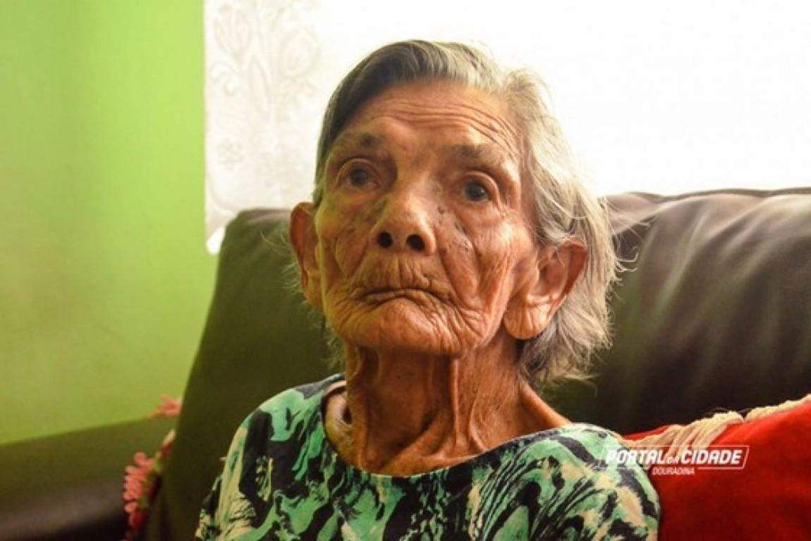 Devido à idade, Dona Filó, já não consegue caminhar, e passa a maior parte tempo deitada, mas é uma mulher guerreira