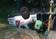 Carro capota e cai em ribeirão, no São Pedro