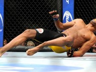 Brasileiro acerta rival com perna esquerda, desaba no ato do golpe e sai de maca do octógono. Campeão é declarado vencedor por nocaute técnico
