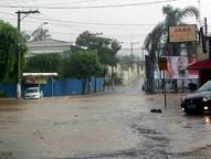 Com a forte chuva da noite da última quarta-feira, ruas de Atibaia ficaram completamente sem saída com a forte corrente de água.