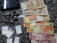 Com ele encontraram 8 porções de maconha, 5 papelotes de cocaína e a quantia de R$180,00