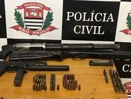 129 munições também foram encontradas no local.