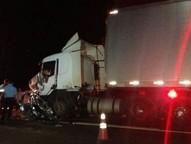Motorista teria perdido o controle da direção, invadido a pista contrária e batido de frente com um caminhão.