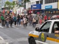 Protesto foi neste domingo (11); houve pichação e quebra de vidros. PM afirma que 200 participaram; organizadores falam entre 500 e 600.