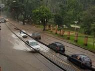 Diversas ruas foram cobertas pela água. Muro de uma construção desabou.