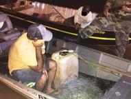 Dupla foi abordada por uma equipe da Polícia Ambiental de Umuarama durante patrulhamento aquático.