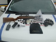 Polícia Militar apreendeu ainda um simulacro de pistola e um rádio tipo HT