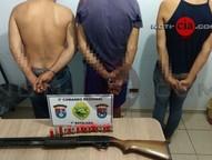 Três homens foram presos suspeitos de fugirem e trocarem tiros com policiais nessa segunda-feira(19), no distrito Bernadeli.
