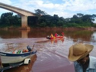 As buscas pelo caminhoneiro tiveram início nesta segunda-feira (12), após comunicação de que um homem teria se jogado da ponte.