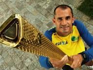 """Após conduzir a tocha olímpica por """"longos"""" três minutos, o principal maratonista da história brasileira ganhou de presente o maior símbolo dos jogos, que agora está em Maringá."""