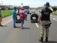 Greve da categoria completa três dias nesta quarta-feira (11), no Paraná.  Justiça impôs multa de R$ 5 mil para cada manifestante que ocupar BRs.