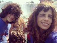 A atriz global está em Foz do Iguaçu visitando os atrativos turísticos com os filhos João e Bento.