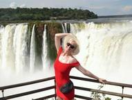Usando vestido vermelho e pochete grifada, a cantora se divertiu e posou para fotos no parque.