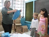 Os alunos matriculados nas 51 escolas municipais e nos 32 centros de educação infantil de Foz do Iguaçu receberão os uniformes escolares.