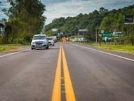 Estão previstas faixas adicionais de aceleração e desaceleração para acesso à rua lateral