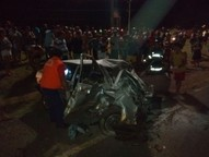Segundo a Polícia Rodoviária Estadual, os veículos colidiram frontalmente; uma das vítimas morreu na hora