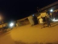 Segundo a Polícia Militar, o motorista contou que os grãos ficaram espalhados às margens da rodovia e foram levados por algumas pessoas que passavam ali