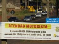 Desde o dia 8 de julho, os motoristas são obrigados a dirigir com o farol baixo aceso em rodovias brasileiras mesmo durante o dia. O descumprimento é considerado infração média, com a penalidade de quatro pontos na CNH e multa de R$ 85,13