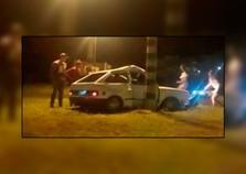 Adolescentes ficam feridos após carro bater em poste