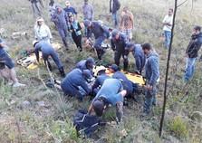 Instrutor de paraglider e criança ficam feridos após queda em salto