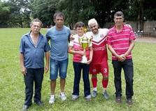 Moretti levanta a taça de campeão da Taça Francisco Moretti