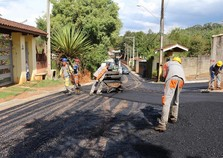 Asfalto continua chegando em mais bairros de Atibaia