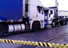 Homem morre prensado por caminhões em oficina