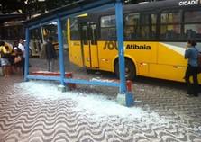 Ônibus da SOU Atibaia destrói ponto de ônibus com batida no Centro