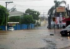 Ruas de Atibaia alagam com fortes chuvas