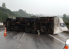 Caminhão tomba na Fernão Dias em Atibaia e causa mais de 15 km de congestionamento