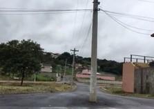 Poste no meio da rua preocupa moradores de loteamento em Atibaia