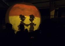 Famílias prestigiam teatro de sombras no Aymoré