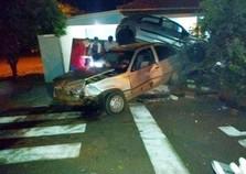 Carro para em cima de outro em colisão espetacular em Goioerê