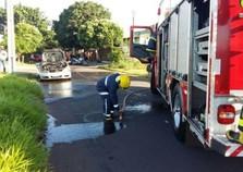 Carro pega fogo após pane elétrica em Umuarama