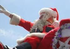 Papai Noel é apedrejado por crianças após os doces acabarem.