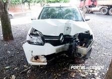 Motorista perde controle de veículo e derruba poste em Douradina