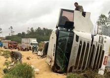 Caminhão carregado de soja tomba na PR-323
