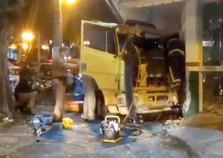 Caminhão sem freios invade farmácia no centro de Umuarama