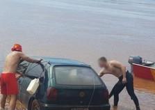 Carro cai no rio em Porto Camargo