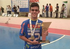 Douradinense de 17 anos se destaca no futsal