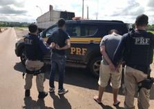 PRF apreende duas carretas com carga milionária de cigarros em Porto Camargo