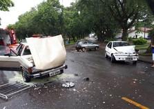 Carro pega fogo após batida próximo ao ginásio Costa Cavalcanti