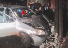 Jovem fica ferida após bater carro em poste na Avenida Paraná