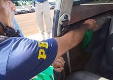 Polícia apreende 63 tabletes de maconha oculta em veículo