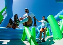 Corrida com obstáculos infláveis gigantes tem quatro horários de saída