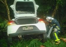 Acidente entre carros deixa duas pessoas feridas na Avenida Paraná