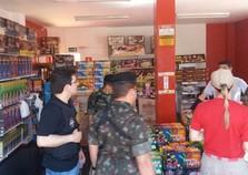 Operação fiscaliza lojas de fogos de artifícios em Foz