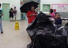 Morador flagra posto de saúde cheio de goteiras em Foz