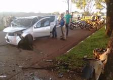 Mulher fica ferida após bater carro em árvore na Vila A