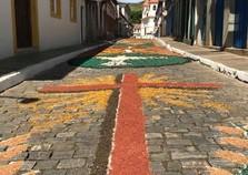 Confecção dos tapetes de serragens encantam população e turistas